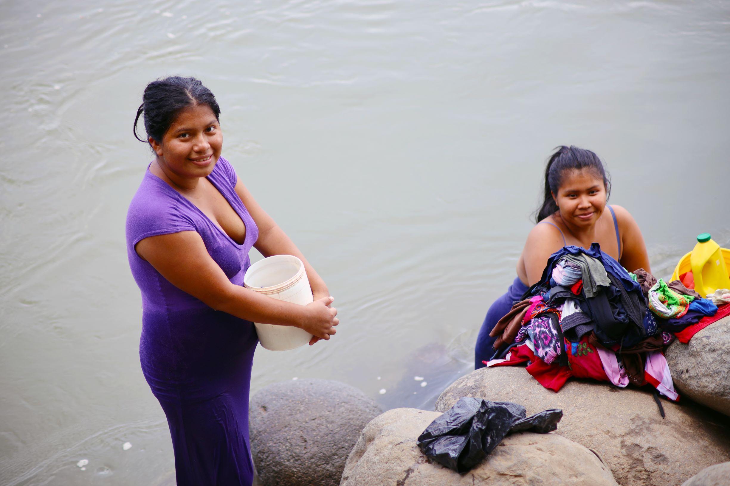 Mujeres indígenas en la frontera entre Panamá y Costa Rica enfrentan los desafíos del desarrollo de infraestructura sin olvidar sus tradiciones